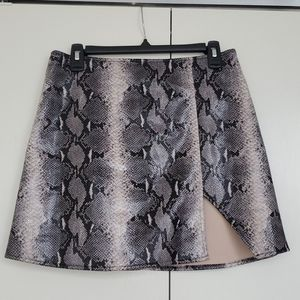 Motel High waisted, Black/Cream Snake Mini Skirt